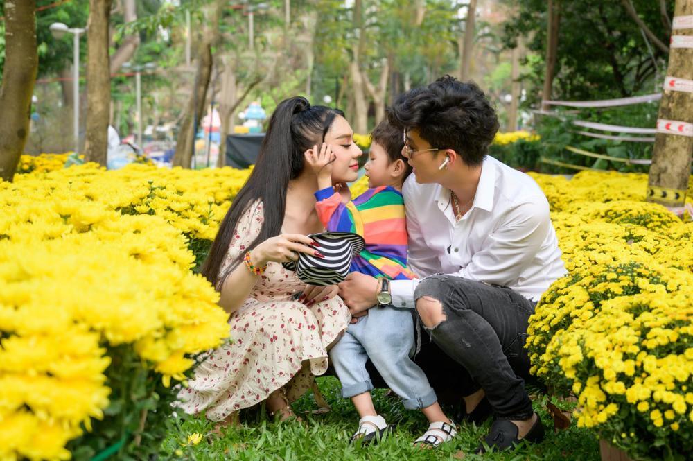 Lâm Khánh Chi cùng ông xã và con trai cưng đi chợ hoa, chia sẻ được gia đình nội - ngoại lo Tết chu toàn Ảnh 8