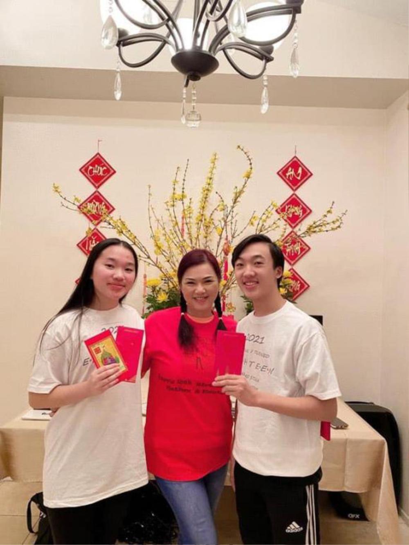 Sau gần 3 tháng ông xã Chí Tài mất, ca sĩ Phương Loan hiếm hoi nở nụ cười khi chụp ảnh với người thân Ảnh 1