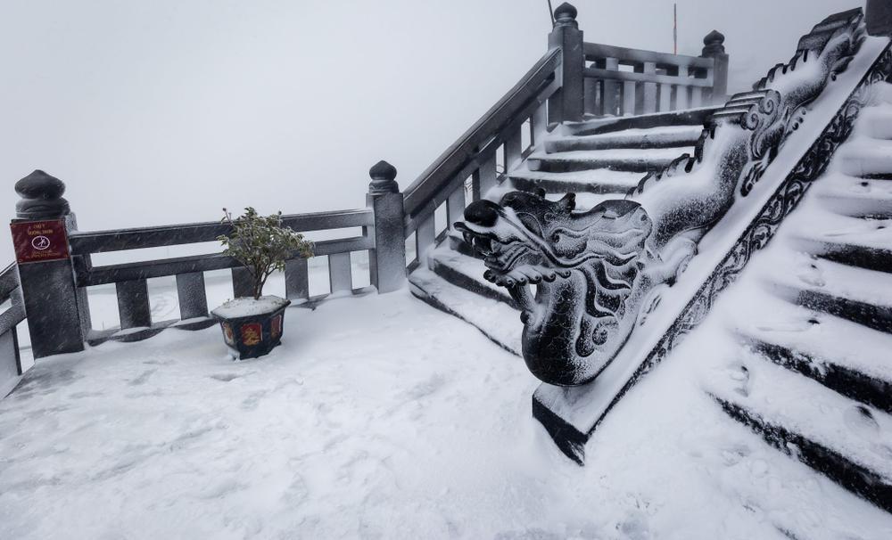 Trận mưa tuyết hiếm gặp xuất hiện trên đỉnh Fansipan Ảnh 2