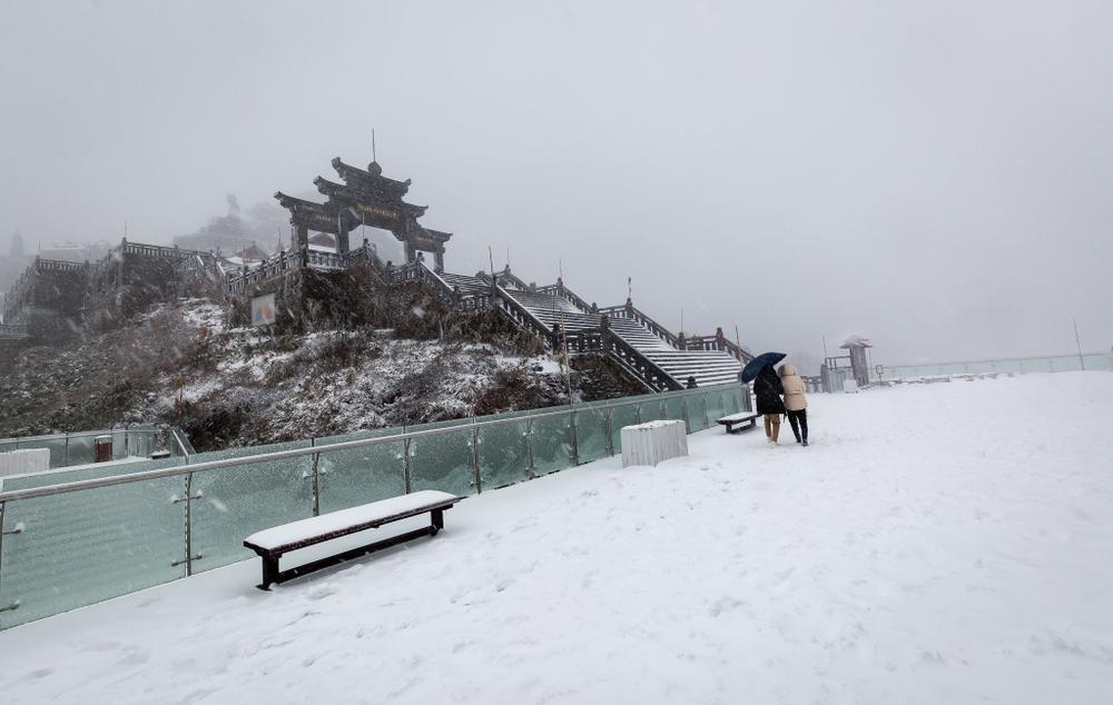 Trận mưa tuyết hiếm gặp xuất hiện trên đỉnh Fansipan Ảnh 1