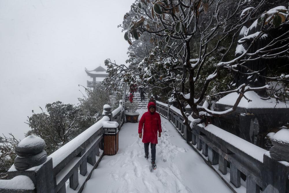 Trận mưa tuyết hiếm gặp xuất hiện trên đỉnh Fansipan Ảnh 11