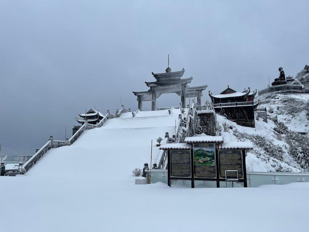 Trận mưa tuyết hiếm gặp xuất hiện trên đỉnh Fansipan Ảnh 17