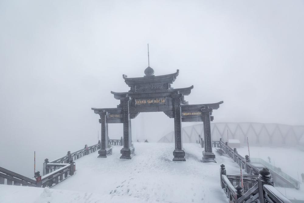 Trận mưa tuyết hiếm gặp xuất hiện trên đỉnh Fansipan Ảnh 13