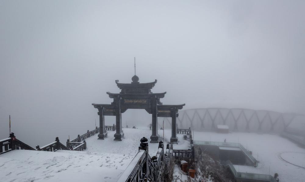Trận mưa tuyết hiếm gặp xuất hiện trên đỉnh Fansipan Ảnh 3