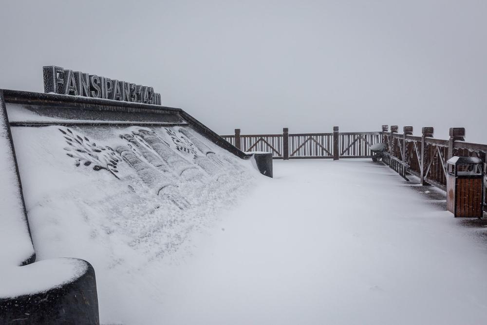 Trận mưa tuyết hiếm gặp xuất hiện trên đỉnh Fansipan Ảnh 8