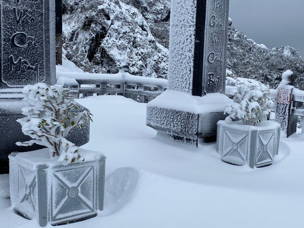 Trận mưa tuyết hiếm gặp xuất hiện trên đỉnh Fansipan Ảnh 15