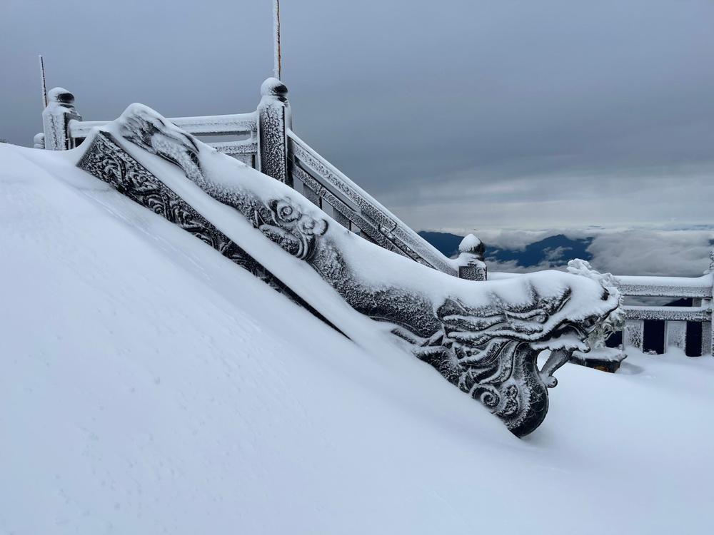 Trận mưa tuyết hiếm gặp xuất hiện trên đỉnh Fansipan Ảnh 14