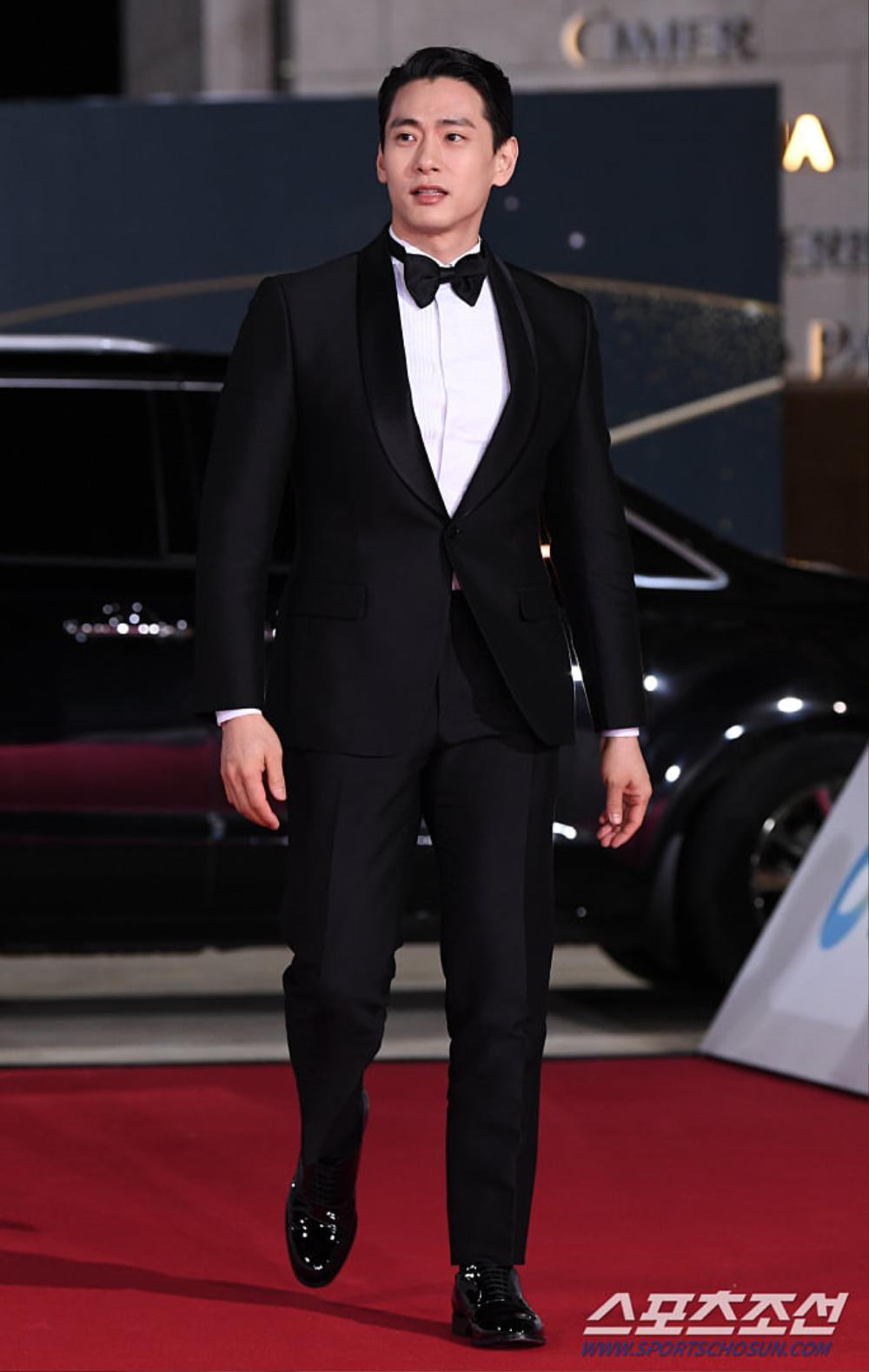 Thảm đỏ 'Rồng xanh 2020': Shin Hye Sun 'cân sắc' Shin Min Ah, Jung Woo Sung - Lee Byung Hun điển trai! Ảnh 36