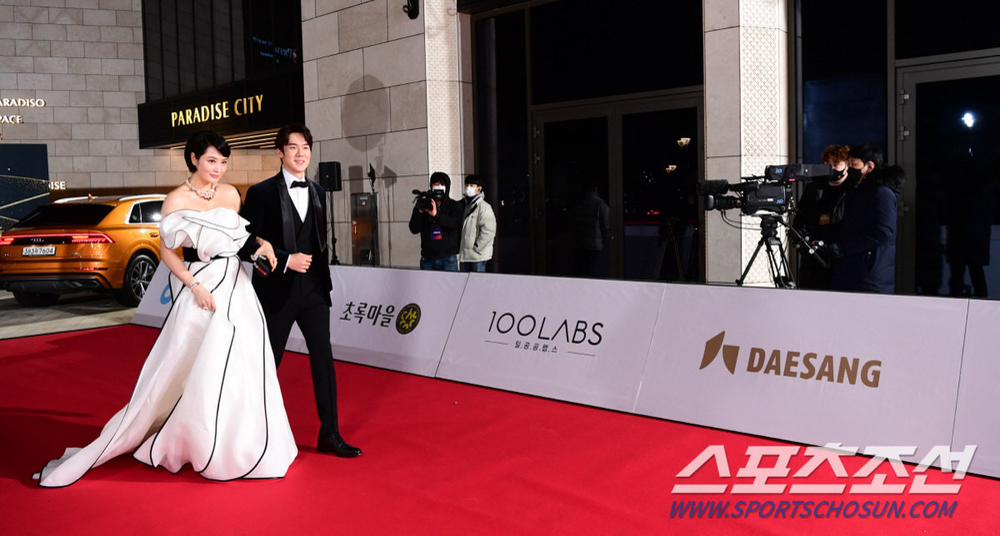 Thảm đỏ 'Rồng xanh 2020': Shin Hye Sun 'cân sắc' Shin Min Ah, Jung Woo Sung - Lee Byung Hun điển trai! Ảnh 4