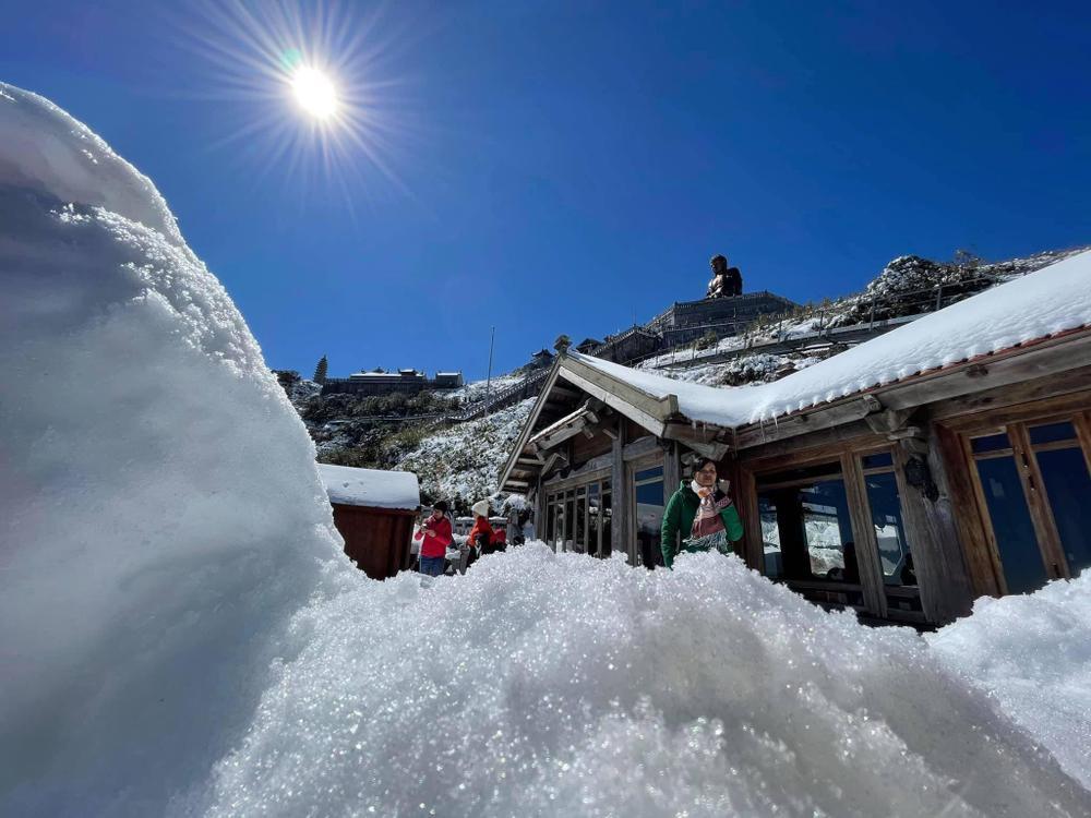 Chùm ảnh: Du khách đổ xô đi săn tuyết, đỉnh Fansipan đẹp tựa trời Tây Ảnh 14