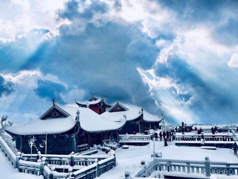 Chùm ảnh: Du khách đổ xô đi săn tuyết, đỉnh Fansipan đẹp tựa trời Tây Ảnh 15