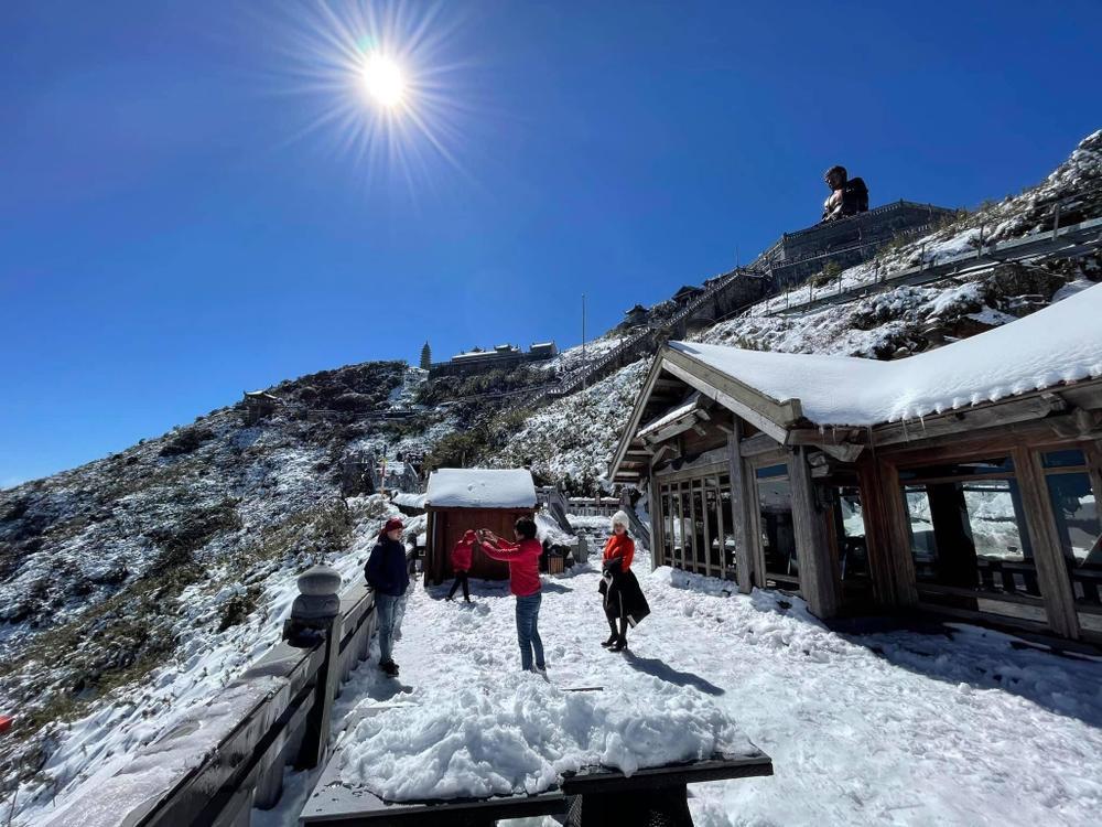 Chùm ảnh: Du khách đổ xô đi săn tuyết, đỉnh Fansipan đẹp tựa trời Tây Ảnh 4