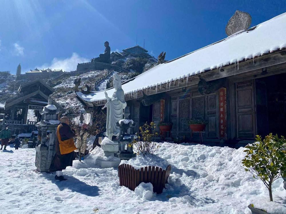 Chùm ảnh: Du khách đổ xô đi săn tuyết, đỉnh Fansipan đẹp tựa trời Tây Ảnh 1