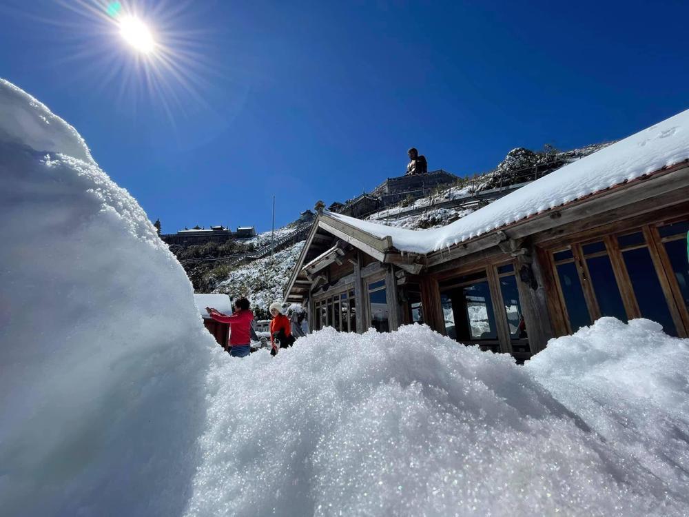 Chùm ảnh: Du khách đổ xô đi săn tuyết, đỉnh Fansipan đẹp tựa trời Tây Ảnh 16
