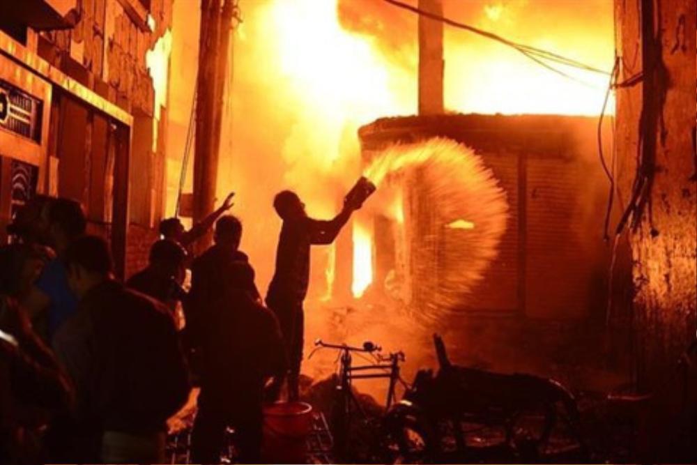Xảy ra cự cãi với vợ, chồng tạt xăng châm lửa đốt nhà khiến 4 người bị bỏng nặng vào tối 28 Tết Ảnh 1