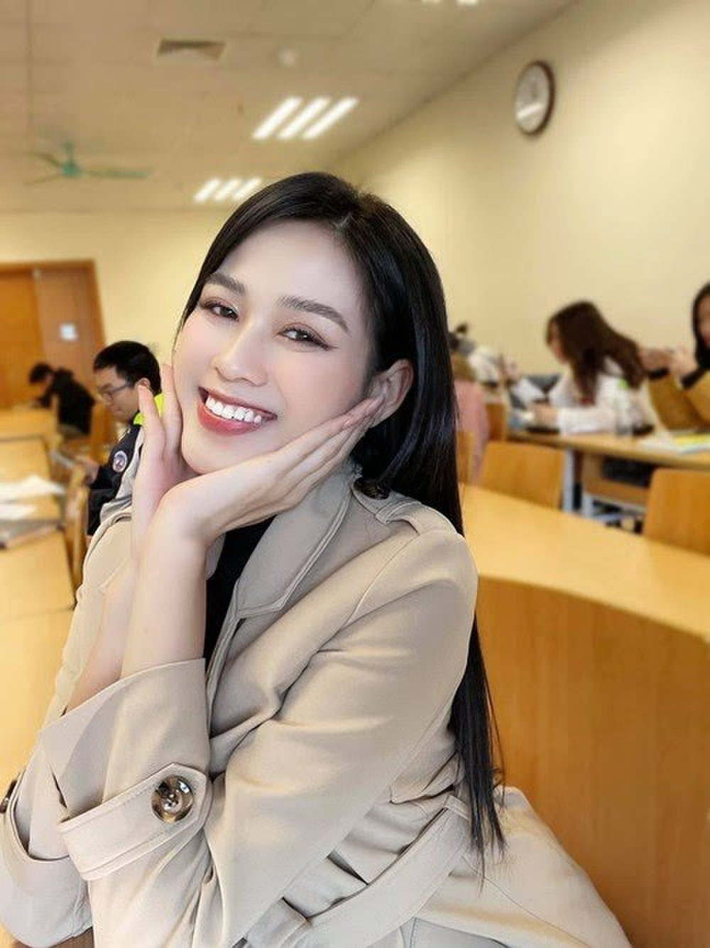 Hoa hậu Đỗ Thị Hà diện túi hiệu hơn 60 triệu đồng những ngày đầu năm Ảnh 5