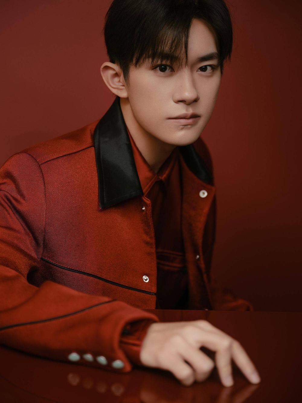 Dịch Dương Thiên Tỉ được khen ngợi điển trai nhờ đội tóc giả trong 'Lễ hội mùa xuân' tại CCTV Ảnh 1