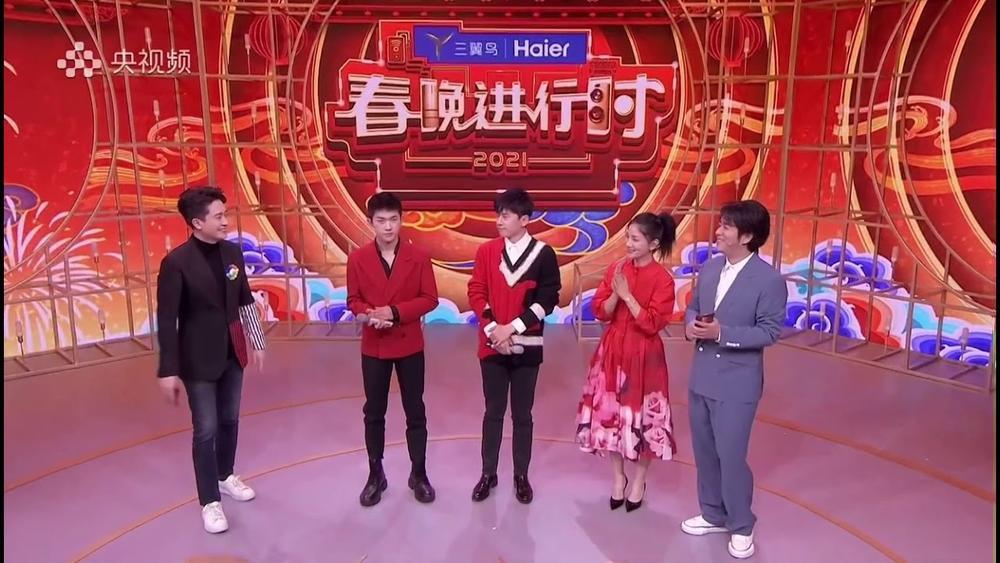 Dịch Dương Thiên Tỉ được khen ngợi điển trai nhờ đội tóc giả trong 'Lễ hội mùa xuân' tại CCTV Ảnh 3