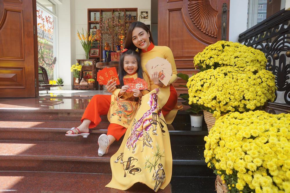 Sao Việt mùng 1 Tết Tân Sửu: Gia đình Hà Hồ đỏ rực 'xuất hành', Lan Ngọc khoe nhan sắc mặn mà cuốn hút Ảnh 9