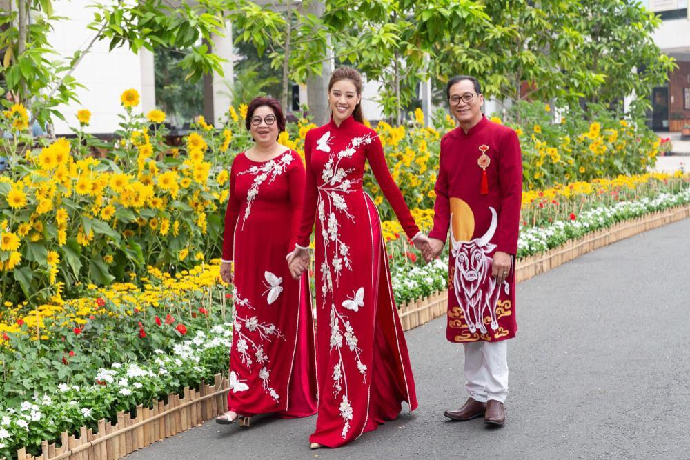 Sao Việt mùng 1 Tết Tân Sửu: Gia đình Hà Hồ đỏ rực 'xuất hành', Lan Ngọc khoe nhan sắc mặn mà cuốn hút Ảnh 12