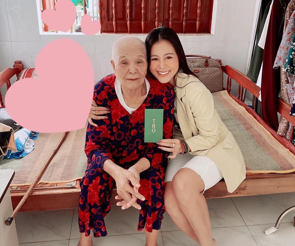 Sao Việt mùng 1 Tết Tân Sửu: Gia đình Hà Hồ đỏ rực 'xuất hành', Lan Ngọc khoe nhan sắc mặn mà cuốn hút Ảnh 5