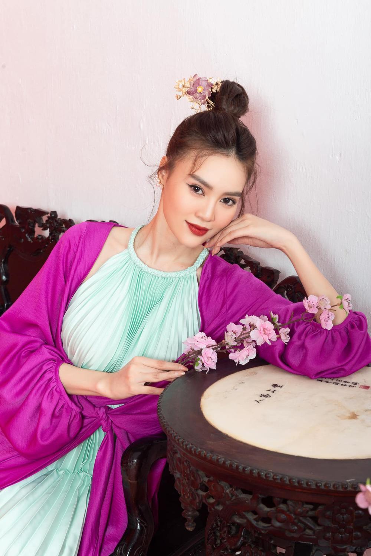 Sao Việt mùng 1 Tết Tân Sửu: Gia đình Hà Hồ đỏ rực 'xuất hành', Lan Ngọc khoe nhan sắc mặn mà cuốn hút Ảnh 3