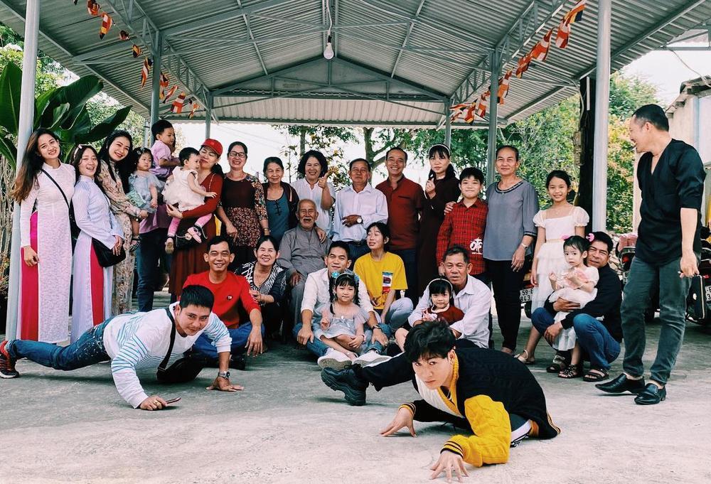 Sao Việt mùng 1 Tết Tân Sửu: Gia đình Hà Hồ đỏ rực 'xuất hành', Lan Ngọc khoe nhan sắc mặn mà cuốn hút Ảnh 8