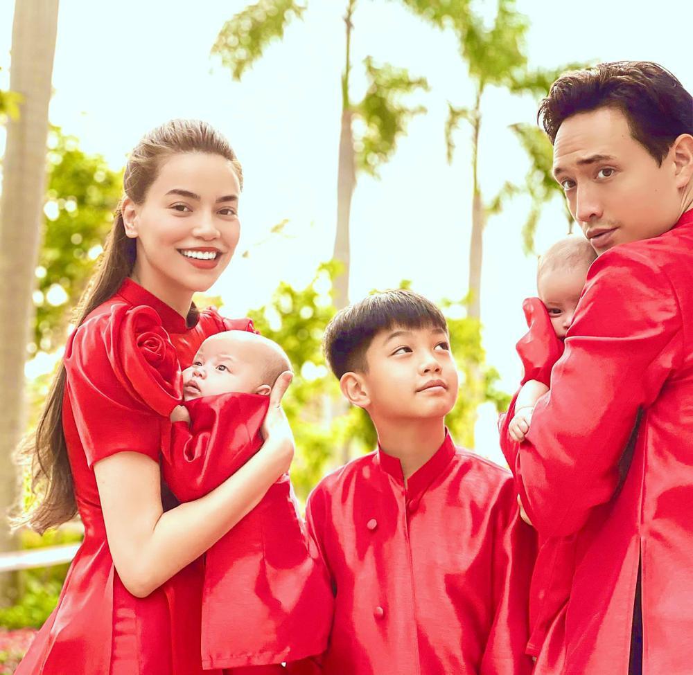Mùng 1 Tết, gia đình Hà Hồ - Kim Lý diện Áo dài đỏ rực cả một góc trời Ảnh 1