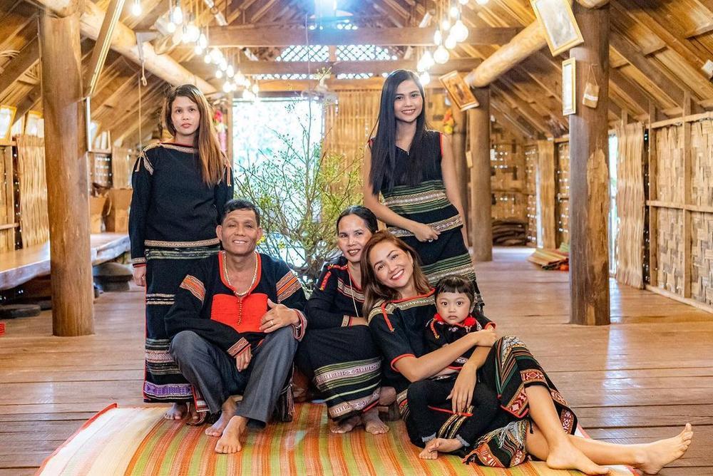 Sao Việt xúng xính mùng 1 Tết: H'Hen Niê diện đồ truyền thống, Tú Hảo, Bảo Anh nhẹ nhàng với áo dài Ảnh 1