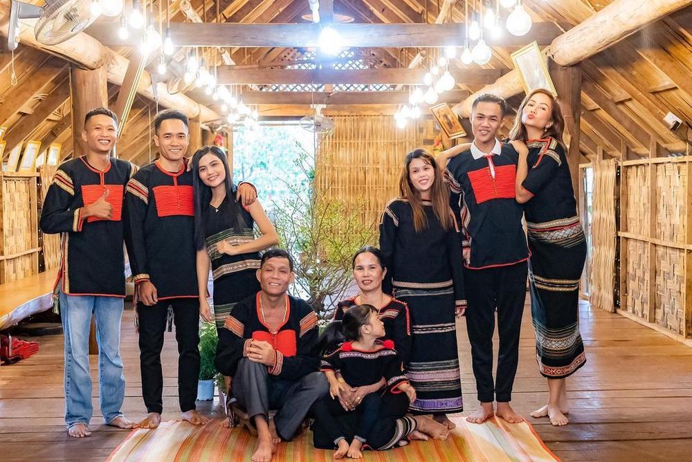 Sao Việt xúng xính mùng 1 Tết: H'Hen Niê diện đồ truyền thống, Tú Hảo, Bảo Anh nhẹ nhàng với áo dài Ảnh 2