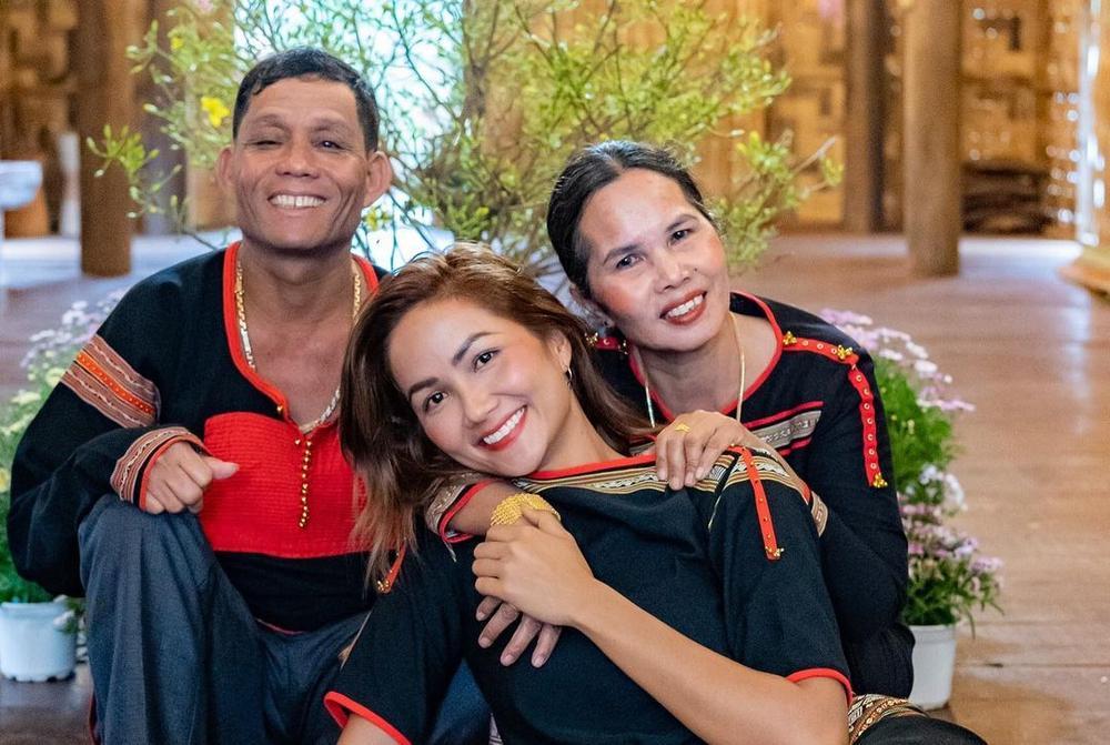 Sao Việt xúng xính mùng 1 Tết: H'Hen Niê diện đồ truyền thống, Tú Hảo, Bảo Anh nhẹ nhàng với áo dài Ảnh 3