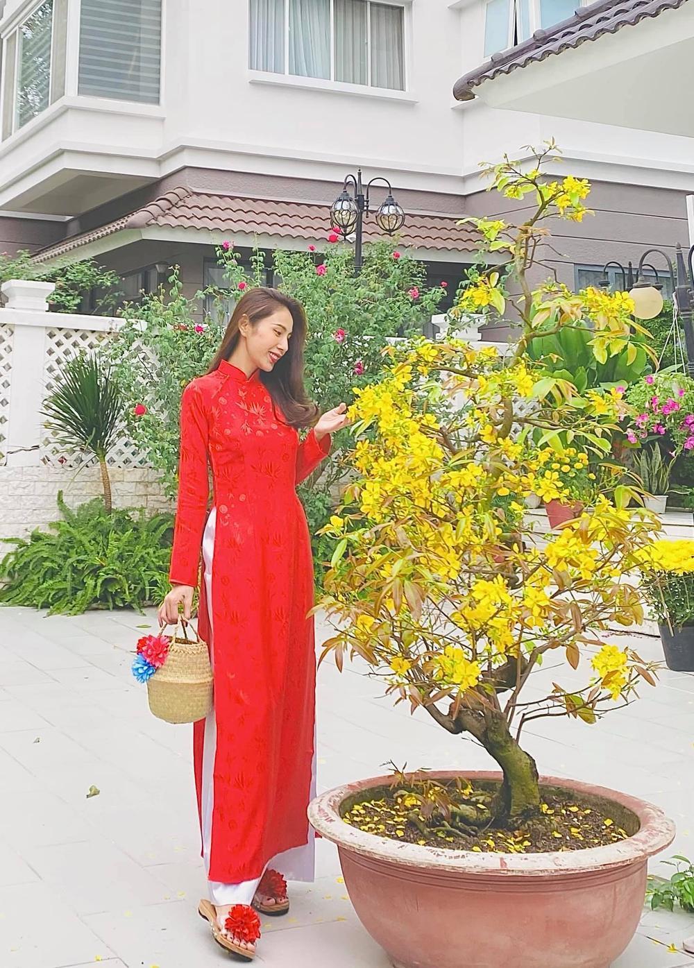 Ngọc Trinh diện váy đỏ khoe vòng eo không mỡ thừa dù ăn Tết linh đình Ảnh 6