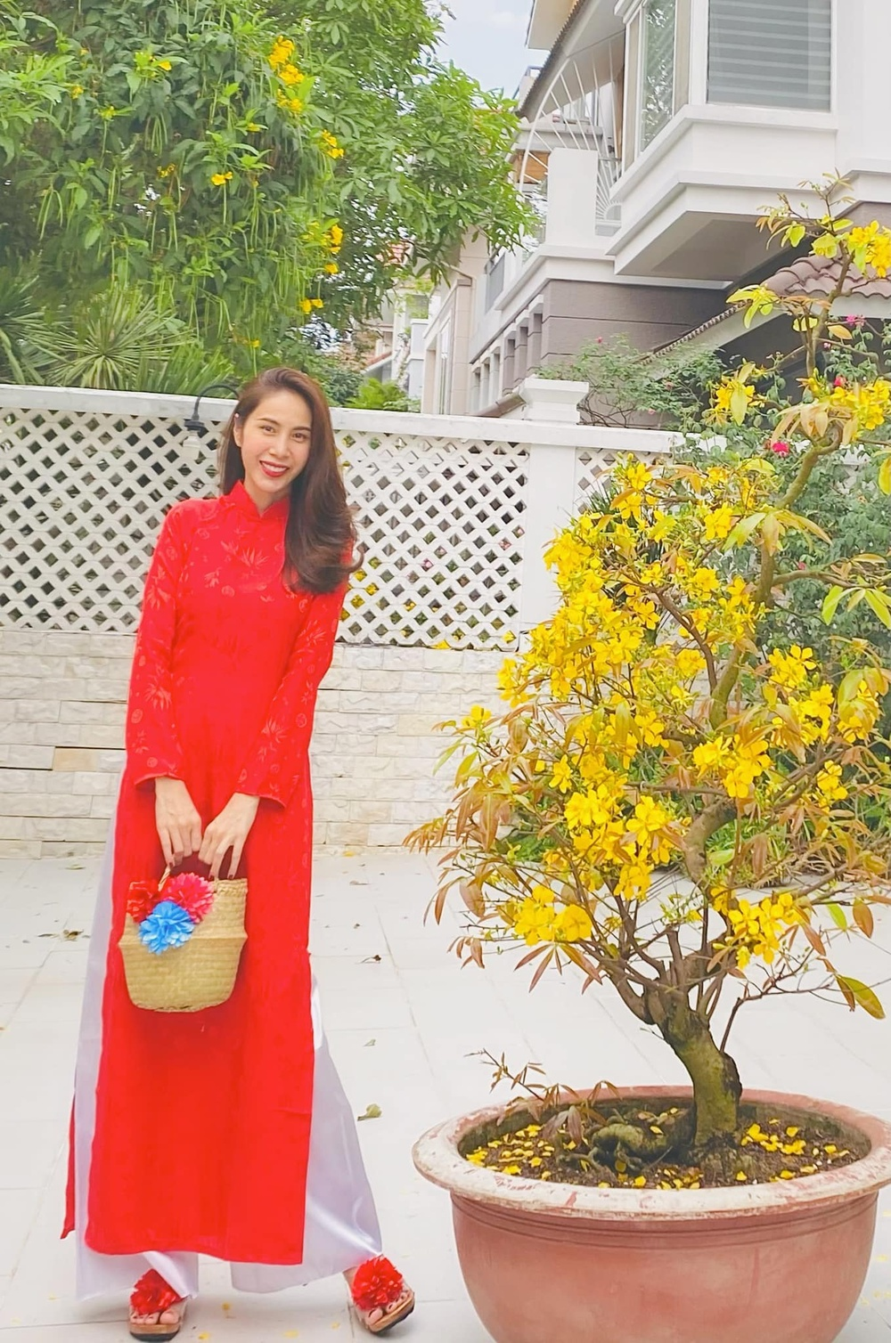 Ngọc Trinh diện váy đỏ khoe vòng eo không mỡ thừa dù ăn Tết linh đình Ảnh 5