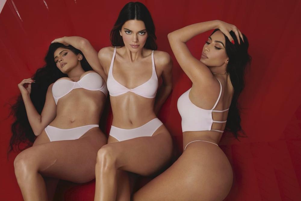 Kendall Jenner diện nội y lả lơi quảng bá cho chị gái khiến dân tình 'dậy sóng' Ảnh 7