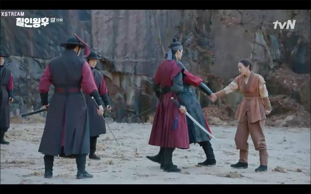 'Mr. Queen' tập 19: Na In Woo chết thảm vì cứu Shin Hye Sun, Kim Jung Hyun trở về Ảnh 8