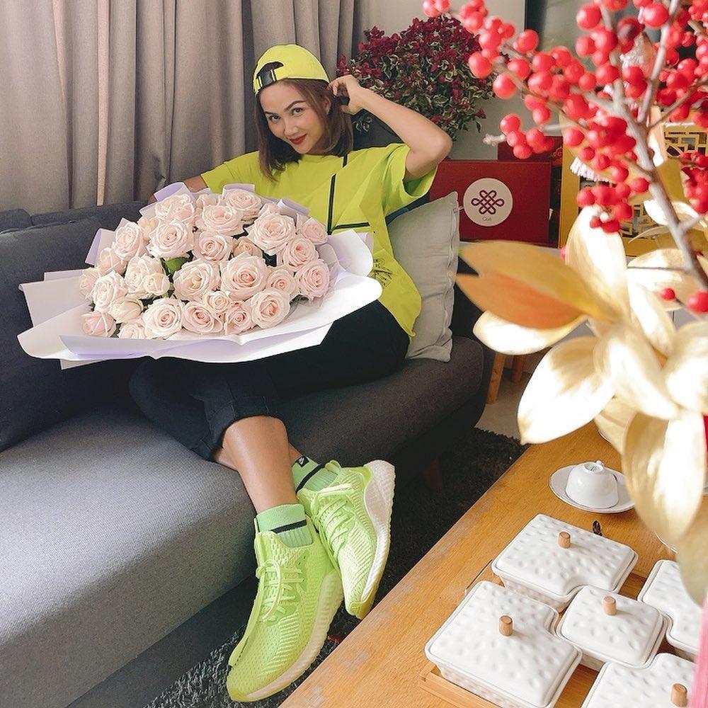 H'Hen Niê nhận hoa Valentine, Lệ Hằng - Mâu Thủy chúc mừng hạnh phúc, fan nghi ngờ đã có người yêu? Ảnh 3