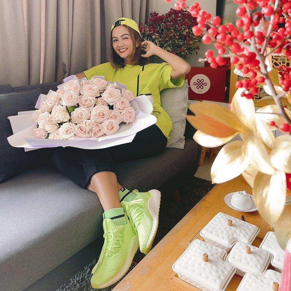 H'Hen Niê nhận hoa Valentine, Lệ Hằng - Mâu Thủy chúc mừng hạnh phúc, fan nghi ngờ đã có người yêu? Ảnh 2