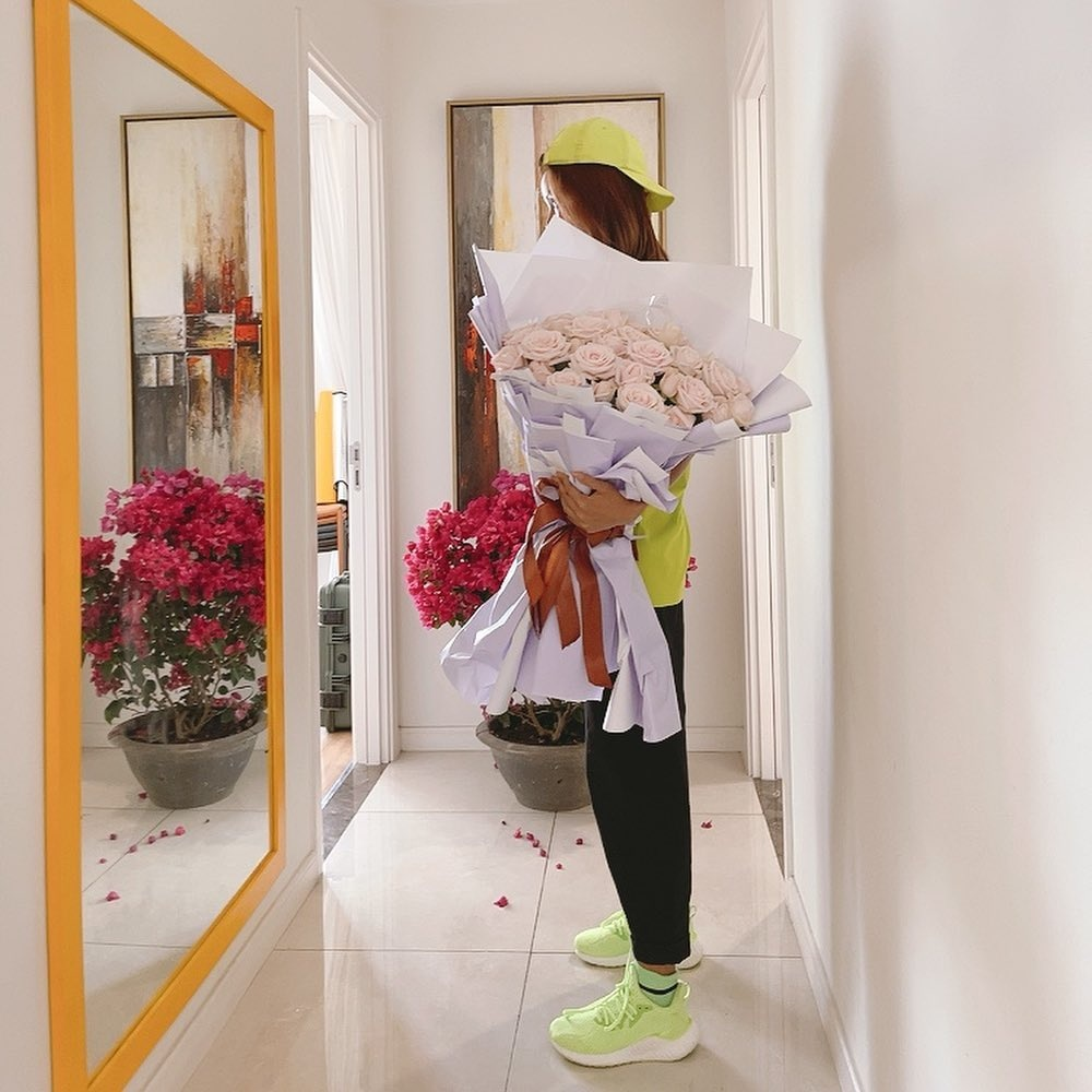H'Hen Niê nhận hoa Valentine, Lệ Hằng - Mâu Thủy chúc mừng hạnh phúc, fan nghi ngờ đã có người yêu? Ảnh 1