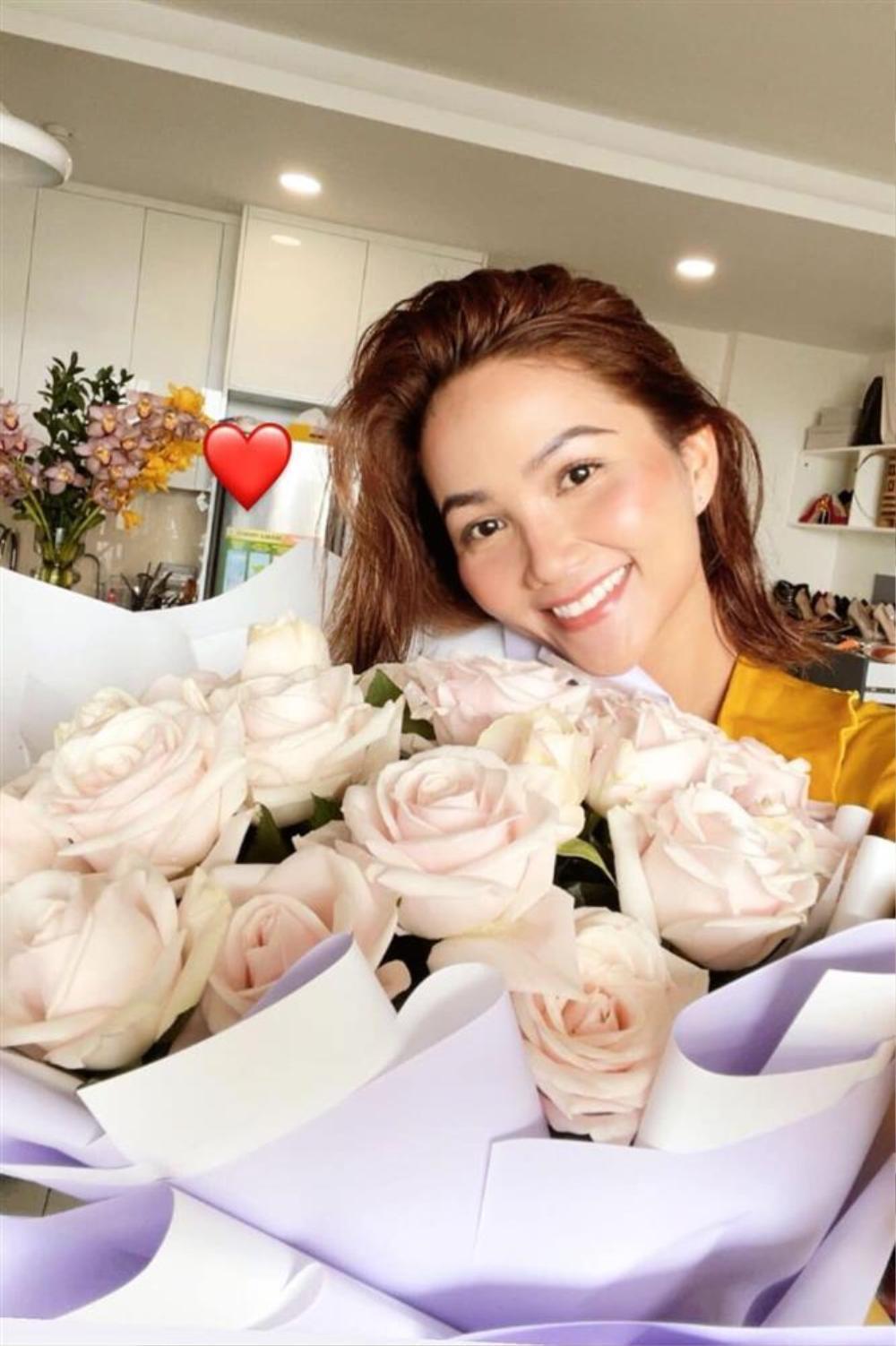 H'Hen Niê nhận hoa Valentine, Lệ Hằng - Mâu Thủy chúc mừng hạnh phúc, fan nghi ngờ đã có người yêu? Ảnh 7
