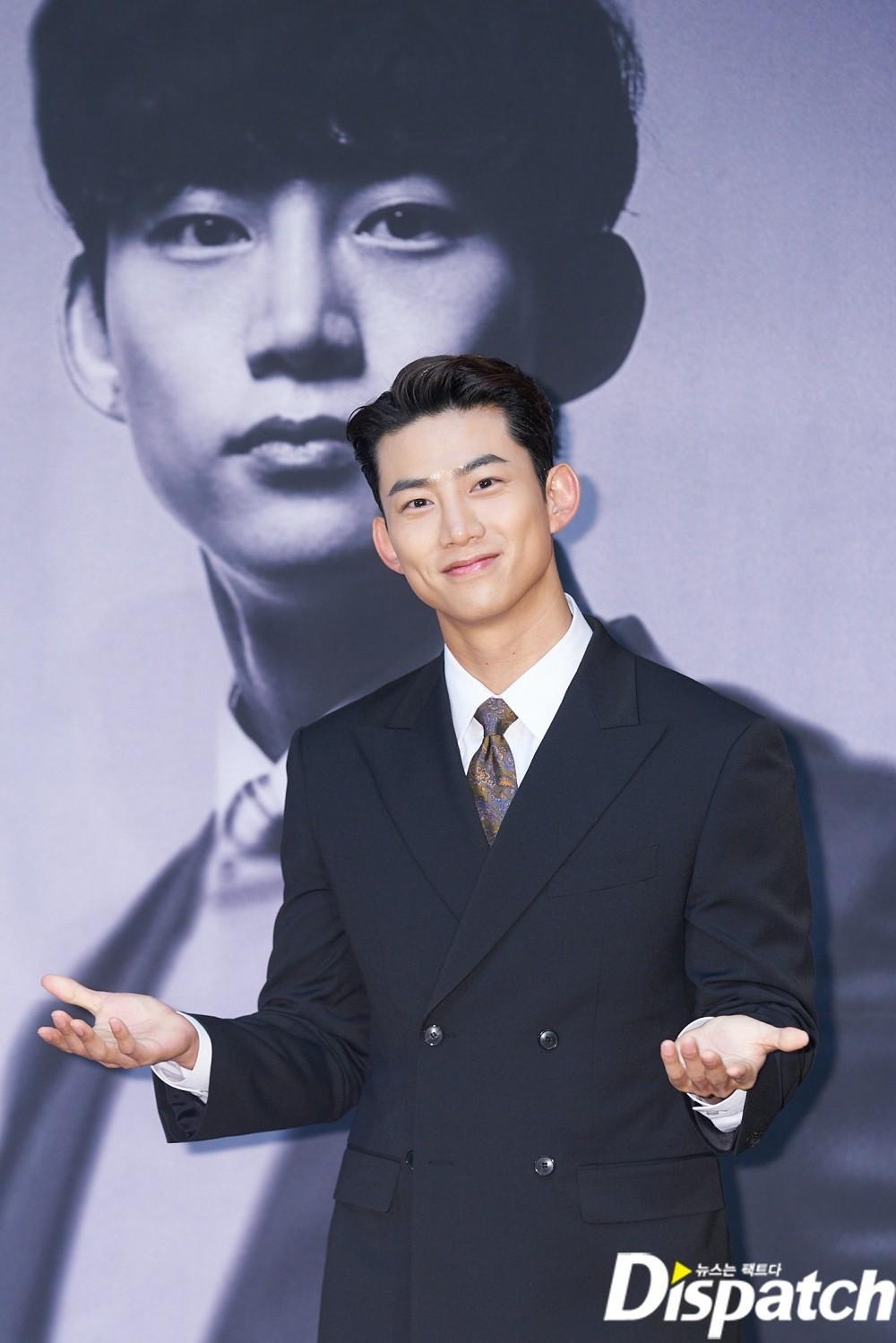 'Tình mới' không dám skinship với Song Joong Ki, rạng rỡ khoác tay Ok Taecyeon tại họp báo 'Vincenzo' Ảnh 13