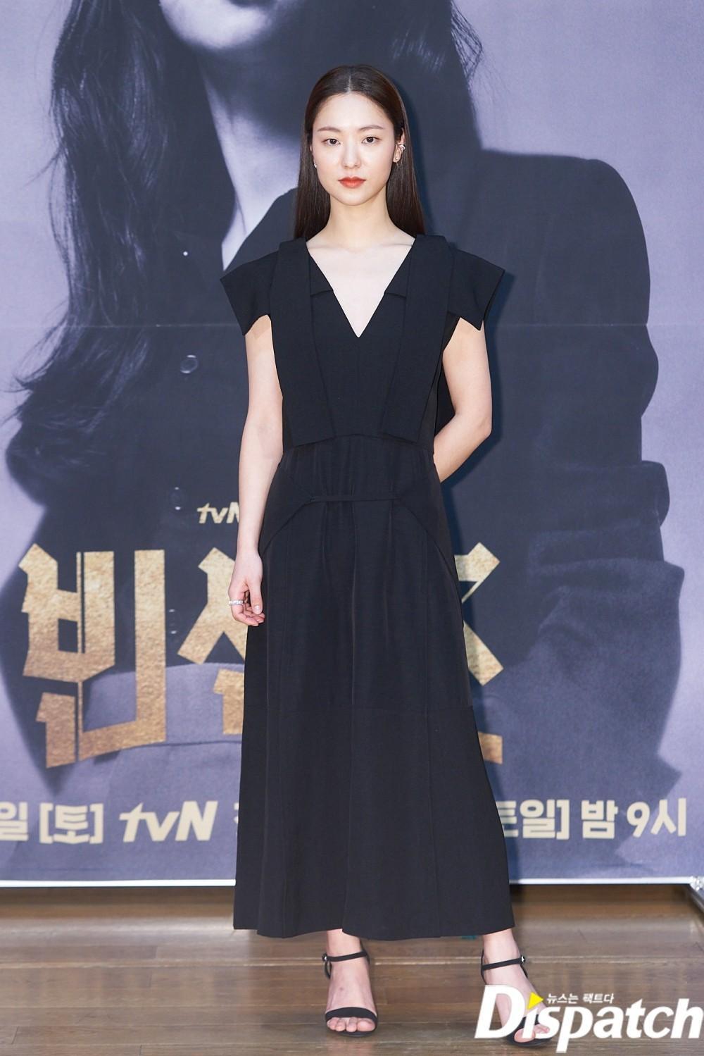 'Tình mới' không dám skinship với Song Joong Ki, rạng rỡ khoác tay Ok Taecyeon tại họp báo 'Vincenzo' Ảnh 12