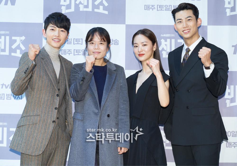 'Tình mới' không dám skinship với Song Joong Ki, rạng rỡ khoác tay Ok Taecyeon tại họp báo 'Vincenzo' Ảnh 2