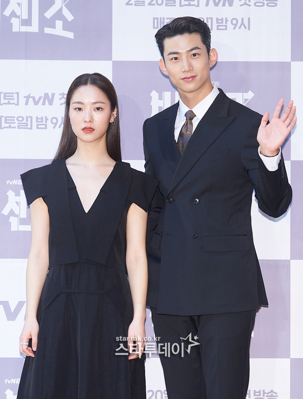 'Tình mới' không dám skinship với Song Joong Ki, rạng rỡ khoác tay Ok Taecyeon tại họp báo 'Vincenzo' Ảnh 6