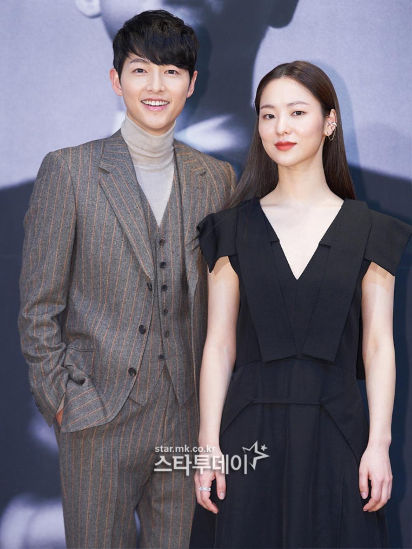 'Tình mới' không dám skinship với Song Joong Ki, rạng rỡ khoác tay Ok Taecyeon tại họp báo 'Vincenzo' Ảnh 7