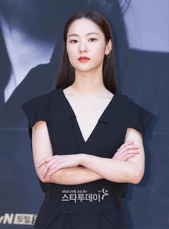 'Tình mới' không dám skinship với Song Joong Ki, rạng rỡ khoác tay Ok Taecyeon tại họp báo 'Vincenzo' Ảnh 11