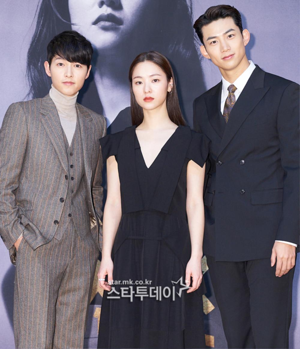 'Tình mới' không dám skinship với Song Joong Ki, rạng rỡ khoác tay Ok Taecyeon tại họp báo 'Vincenzo' Ảnh 3