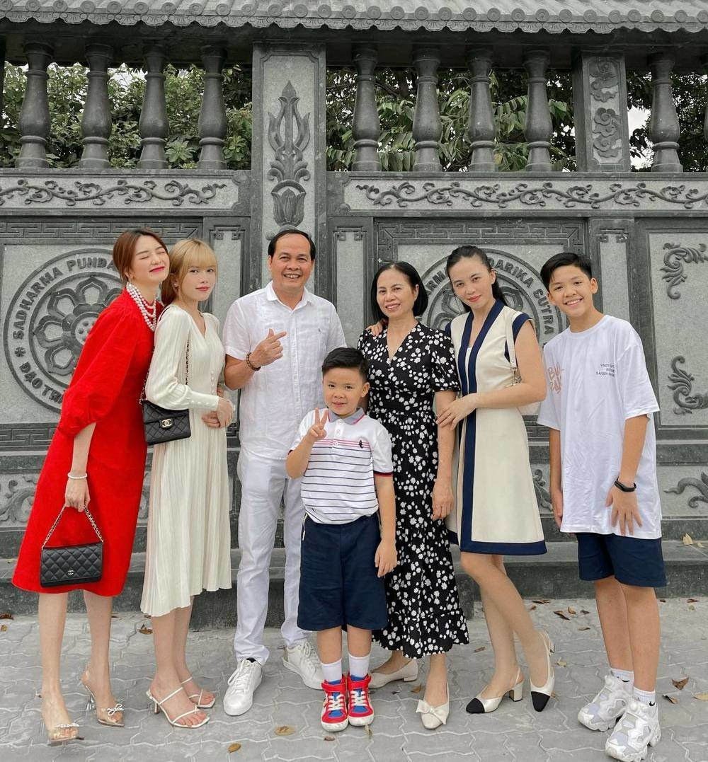 Không đẹp riêng mình, dàn mỹ nhân Việt còn ăn diện đồng điệu với gia đình ngày Tết Ảnh 1
