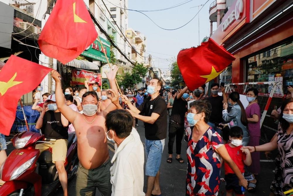 Con hẻm khu Mả Lạng được gỡ phong tỏa, hàng ngàn cư dân reo hò ăn mừng Ảnh 1