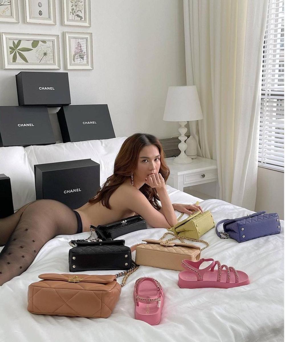 Học Kendall Jenner, Ngọc Trinh 'bán khỏa thân' với dàn túi hiệu đắt đỏ nhưng không hề lép vế Ảnh 3