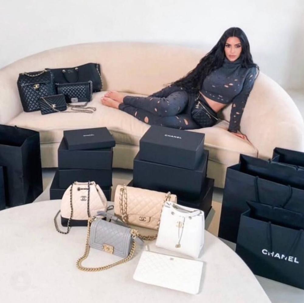 Học Kendall Jenner, Ngọc Trinh 'bán khỏa thân' với dàn túi hiệu đắt đỏ nhưng không hề lép vế Ảnh 8
